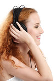 Redhead, der Musik hört Stockbild