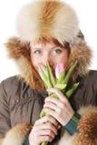 Redhead in der warmen Kleidung mit Tulpen stockfoto