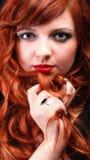 Redhead encantador - mulher de cabelo vermelha bonita nova Fotografia de Stock Royalty Free