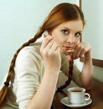redhead för stående för flicka för kaffe dricka varm Royaltyfri Foto
