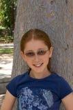 redhead för stående för flickaexponeringsglas utomhus- royaltyfria foton