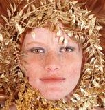 Redhead-Frau mit den Freckles, die ihr Gesicht umgeben stockbild