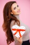 Redhead hermoso con un regalo de la tarjeta del día de San Valentín Imagenes de archivo