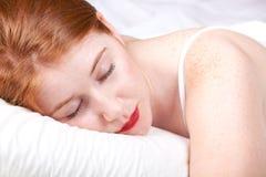 Redhead hermoso en cama Imágenes de archivo libres de regalías