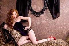 Redhead im Korsett Stockfoto