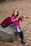 Redhead joven con el violín al aire libre fotografía de archivo libre de regalías
