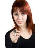 Redhead lindo que da clave de las propiedades inmobiliarias foto de archivo