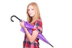 Redhead med det purpurfärgade paraplyet Fotografering för Bildbyråer