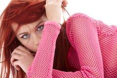 Redhead misterioso en fishnet rosado Imágenes de archivo libres de regalías