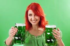 Redhead que sostiene las cervezas verdes Imágenes de archivo libres de regalías