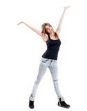Redhead sonriente en pantalones vaqueros con los brazos abiertos Imagen de archivo libre de regalías