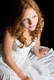 Redhead-tragendes weißes Kleid Lizenzfreie Stockfotos