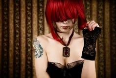 Redhead-Vampir mit Tropfen des Bluts lizenzfreies stockfoto