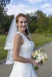 Redheaded девушка в белом длинном платье под открытым небом Стоковые Изображения