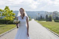 Redheaded девушка в белом длинном платье под открытым небом Стоковая Фотография