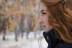 Redheaded девушка смотрит в расстояние Стоковые Изображения RF