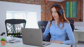 Redheaded работник слушает песня акции видеоматериалы