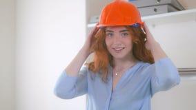 Redheaded arkitekt med den hårda hatten royaltyfri fotografi
