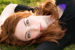 redheaded flicka arkivbild