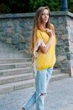 Redheaded flicka för gatastadsmode med långt hår Royaltyfria Bilder