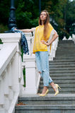 Redheaded flicka för gatastadsmode med långt hår Royaltyfria Foton