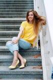 Redheaded flicka för gatastadsmode med långt hår Arkivfoton