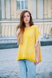 Redheaded flicka för gatastadsmode med långt hår Arkivbilder