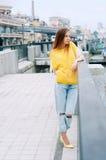 Redheaded flicka för gatastadsmode med långt hår Arkivfoto