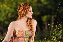 Redheaded flickastående Arkivbilder
