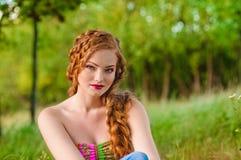 Redheaded flickastående fotografering för bildbyråer