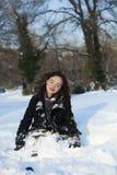 Redheaded Frau, die im Wintersonnenuntergang stillsteht Stockfotografie