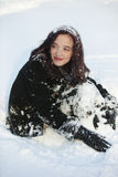 Redheaded Frau, die im Wintersonnenuntergang stillsteht Lizenzfreie Stockbilder