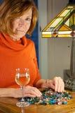 Redheaded Frau, die Korne sortiert Stockfotos