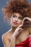 Redheaded Mädchen der Schönheit im Art und Weisekleid Lizenzfreie Stockbilder