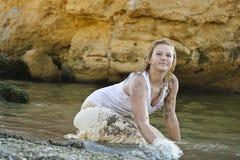 Redheaded Mädchen in einem nassen weißen T-Shirt Stockbild