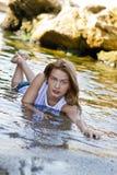 Redheaded Mädchen in einem nassen weißen T-Shirt Lizenzfreies Stockfoto