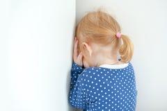 Redheaded meisje wordt gestraft Royalty-vrije Stock Afbeeldingen