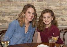 Redheaded moeder en dochter klaar voor diner royalty-vrije stock afbeelding