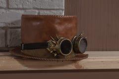 Redheaded piska hatt-cylindern, och steampunk rullar med ögonen exponeringsglas fotografering för bildbyråer