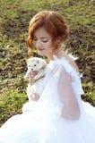 Redheaded Prinzessin mit einem weißen Frettchen lizenzfreie stockbilder