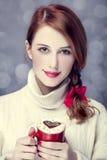 Redheadflicka med coffe. arkivbilder