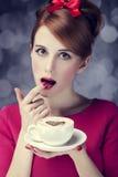 Redheadflickan med kuper av kaffe för St.-valentin dag. Royaltyfri Bild