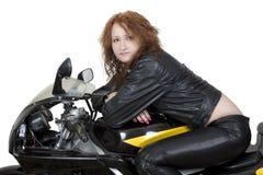 Redheadfrau auf einem Fahrrad Lizenzfreies Stockbild