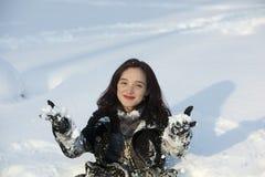 Redheadfrau, die im Wintersonnenuntergang stillsteht Stockfotografie