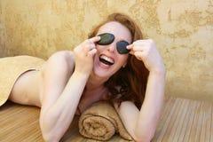 Redheadfrau mit Schwarzem entsteint Behandlung Stockbild