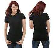 Redheadfrau mit unbelegtem schwarzem Hemd Lizenzfreie Stockfotos