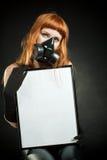 Redheadmädchen mit einem Zeichen stockfotografie