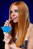 Redheadmädchen mit Fantasiegetränk lizenzfreie stockfotos
