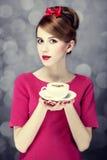 Redheadmädchen mit Kaffeetasse. St. Valentinstag. Stockbilder