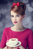 Redheadmädchen mit Kaffeetasse. St. Valentinstag. Stockfotografie
